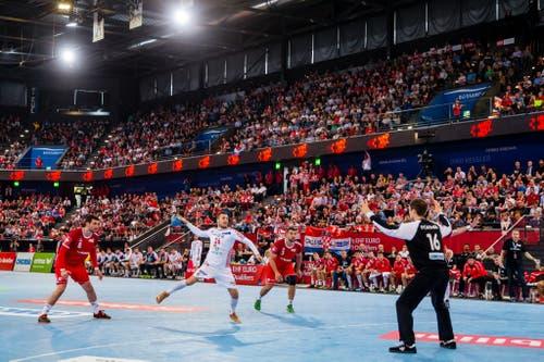 Kroatiens Manuel Strlek schiesst aufs Tor. (Bild: Philipp Schmidli, Zug, 12. Juni 2019)