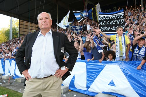 Stellt sich vor die Fans, damit es nicht zu einem Spielabbruch kommt: FCL-Präsident Walter Stierli. (Bild: Philipp Schmidli, Luzern, 13. Juni 2009)