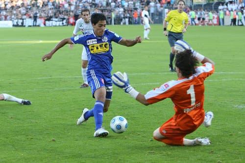 Luzerns Oscar Scarione umkurvt Luganos Giovanni Proietti (rechts) und erzielt das Tor. (Bild: Philipp Schmidli, Luzern, 13. Juni 2009)