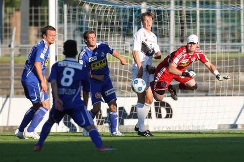 Luzerns Roland Schwegler, Davide Chiumiento, Michel Renggli und David Zibung (von links) gegen Luganos Philippe Montandon. (Bild: Philipp Schmidli, Luzern, 13. Juni 2009)