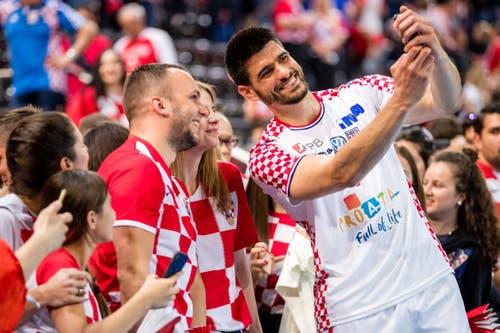 Kroatiens Luka Stepancic posiert mit Fans. (Bild: Philipp Schmidli, Zug, 12. Juni 2019)