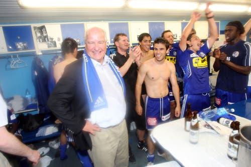 Die FCL-Spieler feiern mit Präsident Walter Stierli im Stadion. (Bild: Philipp Schmidli, Luzern, 13. Juni 2009)