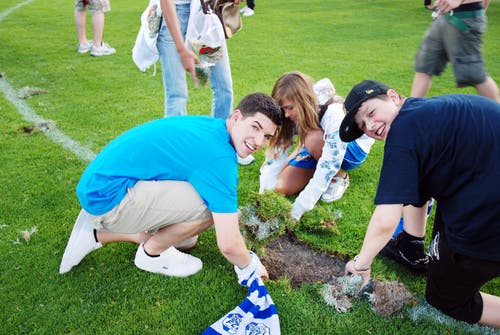 Fans sichern sich ein Stück Rasen. (Bild: Philipp Schmidli, Luzern, 13. Juni 2009)