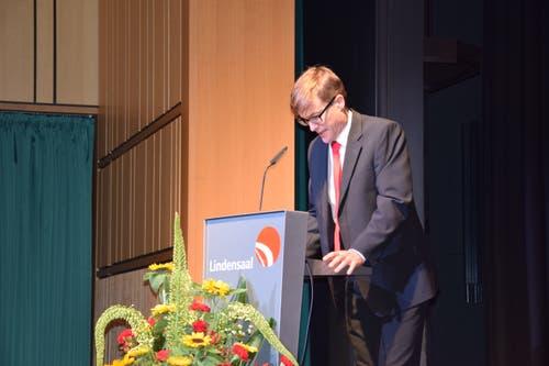 Auch Christian Levrat (gespielt von Tobias Fischer) gratulierte seinem Genossen.