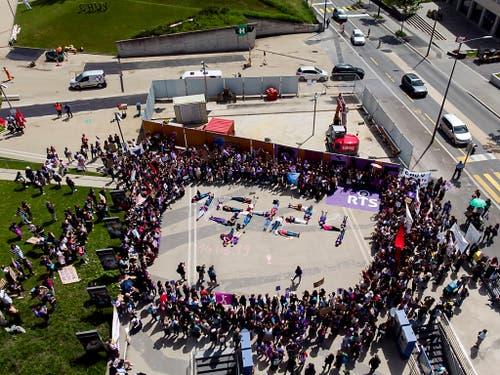 Frauen formen vor dem Unispital CHUV in Lausanne die Tageszeit 15:24 Uhr. Ab dann arbeiten die Frauen in der Schweiz laut Streikkomittees gratis. (Bild: KEYSTONE/LEANDRE DUGGAN)