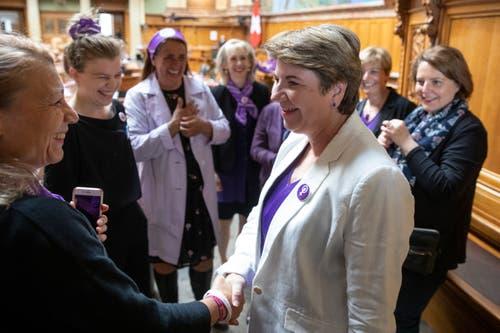 Violett dominiert im Bundeshaus: Yvonne Feri, SP Kanton AG (links), begrüsst Bundesrätin Viola Amherd im Nationalrat. (Bild: KEYSTONE/Peter Klaunzer)