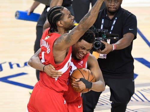 Die beiden Toronto-Erfolgsgaranten umarmen sich: Kawhi Leonard (links) und Kyle Lowry haben den NBA-Titel erstmals nach Kanada geholt (Bild: KEYSTONE/AP The Canadian Press/FRANK GUNN)