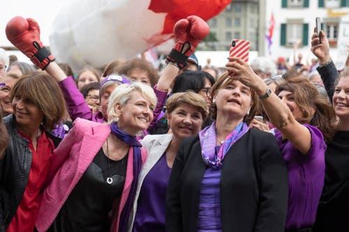 Sibel Arslan, Grüne Baselstadt (rechts) macht ein Selfie mit Nationalratspräsidentin Marina Carobbio Guscetti, Bundesrätin Viola Amherd und Nationalrätin Isabelle Moret (von rechts) bei einer Kundgebung zum Frauenstreik auf dem Bundesplatz. (Bild: KEYSTONE/Peter Klaunzer)