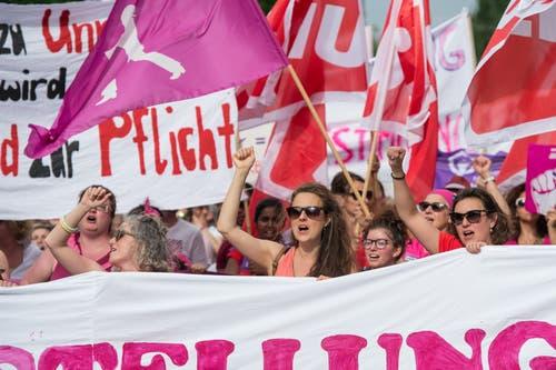 Frauenstreik in Luzern: Demonstrantinnen marschieren los. (Bild: Pius Amrein, Luzern 14. Juni 2019)