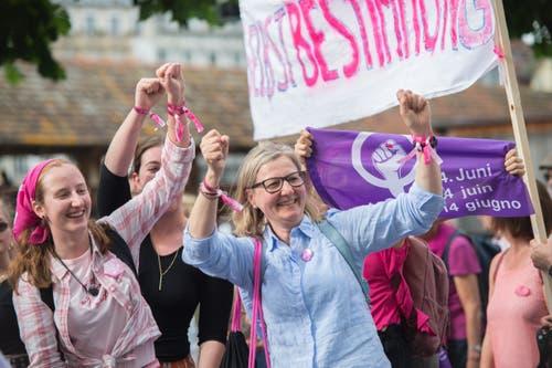 Ihre Anliegen präsentieren die Streikenden auf den Plakaten. Hier: Selbstbstimmung. (Bild: Pius Amrein, Luzern 14. Juni 2019)