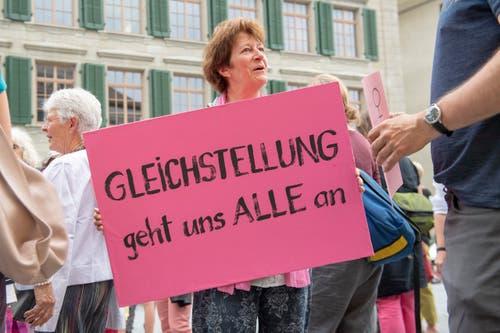Besammlung der Demonstrantinnen auf dem Landsgemeindeplatz in Trogen (Bild: Urs Bucher)