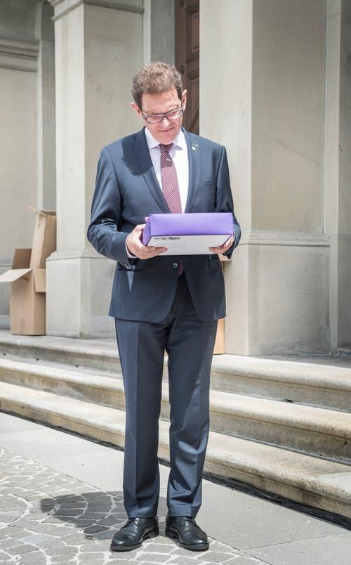 Regierungsrat Jakob Stark mit den Forderungen der Thurgauer Frauen. (Bild: Andrea Stalder)