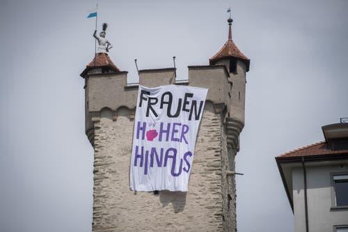 Der Männliturm der Museggmauer – Frauen streiken am nationalen Frauenstreik am Freitag, 14. Juni 2019, in Luzern. (Bild: Boris Bürgisser)