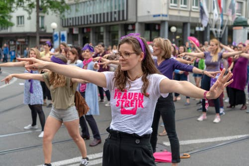Mit einem Flashmob wird der Verkehr kurzfristig lahmgelegt im Rahmen des Frauenstreiks auf dem Claraplatz in Basel am Freitag, 14 Juni 2019. (Bild: KEYSTONE/Georgios Kefalas)