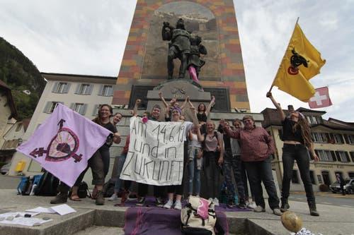 Urner Frauen machen ihre Anliegen vor dem Telldenkmal publik. (Bild: Florian Arnold, 14. Juni 2019)