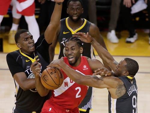 Dies gelingt dem Titelverteidiger zu selten: Gemeinsam stoppen Kevon Looney (links) und Andre Iguodala (rechts) Toronto-Star Leonard (Bild: KEYSTONE/EPA/MONICA M DAVEY)