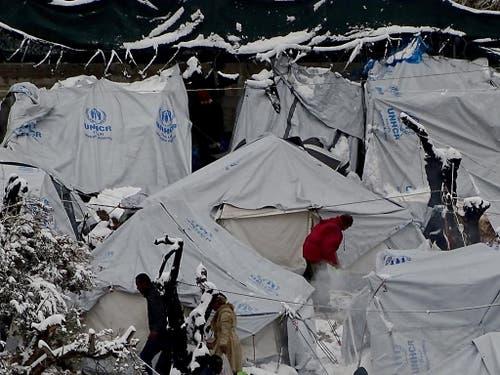 Sichere Fluchtwege statt vegetieren in überfüllten Lagern fordert die Schweizer Flüchtlingshilfe am Samstag am nationalen Flüchtlingstag. (Bild: KEYSTONE/EPA ANA-MPA/STRATIS BALASKAS)