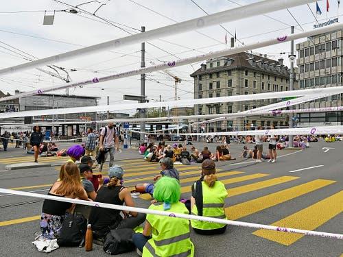 Frauen blockieren die Tramgeleise am Zürcher Central. (Bild: KEYSTONE/WALTER BIERI)