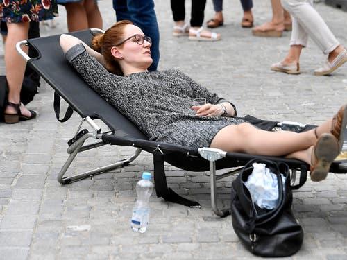 Anstrengend und entspannend: eine Frau aus der Zürcher Verwaltung am Frauenstreik auf dem Zürcher Münsterhof. (Bild: KEYSTONE/WALTER BIERI)
