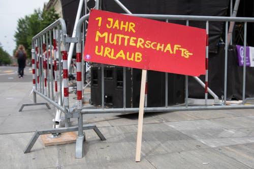 Ein Schild mit der Aufschrift «1 Jahr Mutterschaftsurlaub», bei einer Kundgebung zum Frauenstreik auf dem Bundesplatz, am Freitag, 14. Juni 2019 in Bern. (Bild: KEYSTONE/Peter Klaunzer)