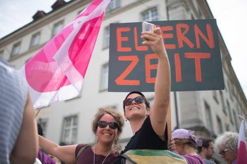 Zwei Frauen machen ein Selfie, an einer Kundgebung zum nationalen Frauenstreik, am Freitag, 14. Juni 2019, in St. Gallen. (Bild: KEYSTONE/Gian Ehrenzeller)