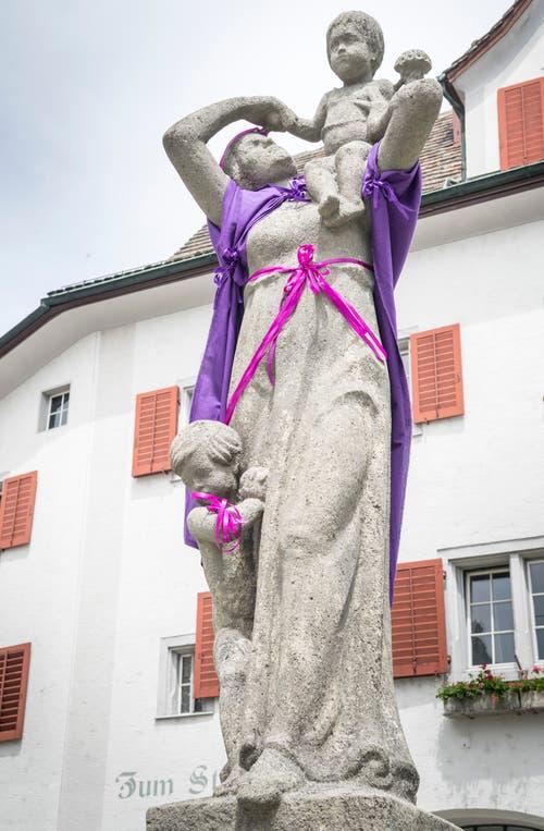 Die Frau auf dem Weinfelder Rathausbrunnen trägt ebenfalls Lila. (Bild: Andrea Stalder)