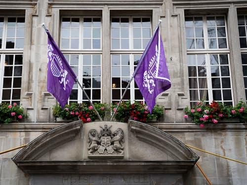 Das eingefärbte Stadtwappen von Lausanne am Rathaus der Stadt anlässlich des Frauenstreiks. (Bild: KEYSTONE/JEAN-CHRISTOPHE BOTT)