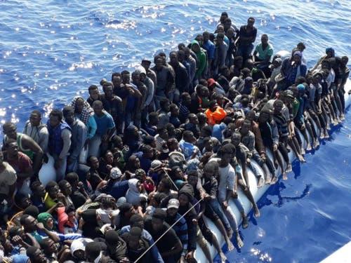 Sichere Fluchtwege statt lebensbedrohliche Überfahrten in komplett überfüllten Booten: Unter diesem Motto steht der Nationale Flüchtlingstag in der Schweiz. (Bild: KEYSTONE/AP)