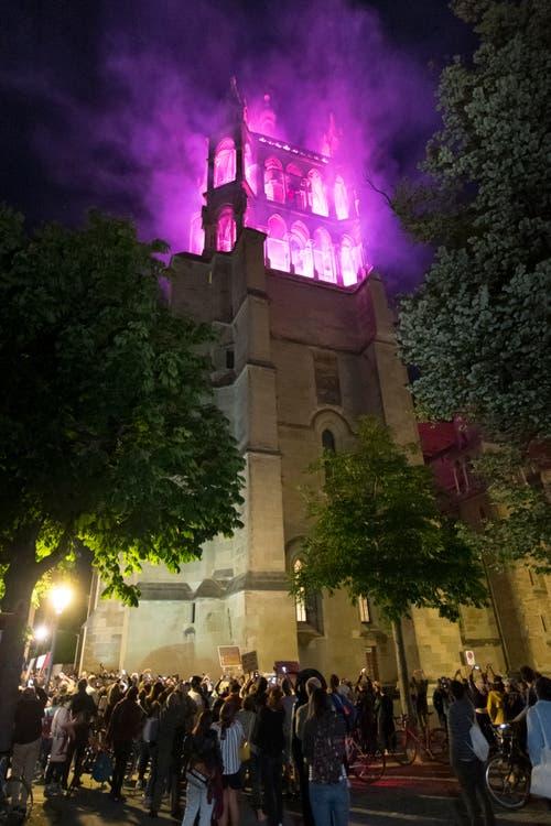 Die Kathedrale in Lausanne mit violettem Kopf. (Bild: KEYSTONE/Laurent Gillieron)