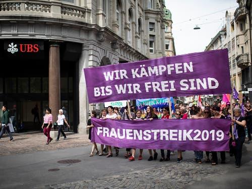 Klare Ansage der Teilnehmenden am Frauenstreik in St. Gallen. (Bild: KEYSTONE/GIAN EHRENZELLER)