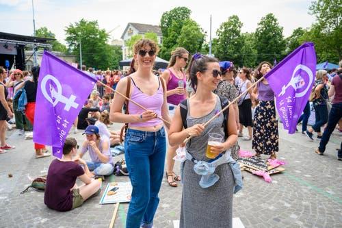 Frauen und Männer treffen sich auf dem Helvetiaplatz anlässlich des Frauenstreiks in der ganzen Schweiz, am Freitag, 14. Juni 2019, in Zürich. (Bild: KEYSTONE/Melanie Duchene)