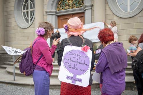 Besammlung der Demonstrantinnen auf dem Landsgemeindeplatz in Trogen. (Bild: Urs Bucher)