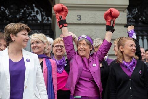 Bundesrätin Viola Amherd (links) und die Nationalrätinnen Isabelle Moret, Edith Graf-Litscher, Margret Kiener Nellen und Yvonne Feri (von links) kommen während einer Unterbrechung im Parlament zu den streikenden Frauen auf den Bundesplatz. (Bild: KEYSTONE/Peter Klaunzer)