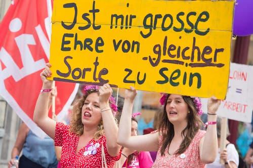 Diese Demonstrantinnen zitieren Emil Manser, das vor bald 15 Jahren verstorbene Luzerner Stadtoriginal. (Bild: Pius Amrein, Luzern 14. Juni 2019)