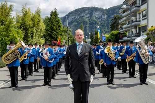 Der Dirigent der Feldmusik Lungern und seine Musik vor der Parademusik. (Bild: Philipp Schmidli, Hergiswil, 15. Juni 2019)