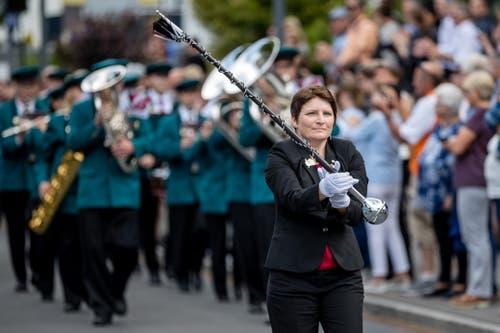 Die Feldmusik Hellbühl marschiert zum Taktstock. (Bild: Philipp Schmidli, Hergiswil, 15. Juni 2019)