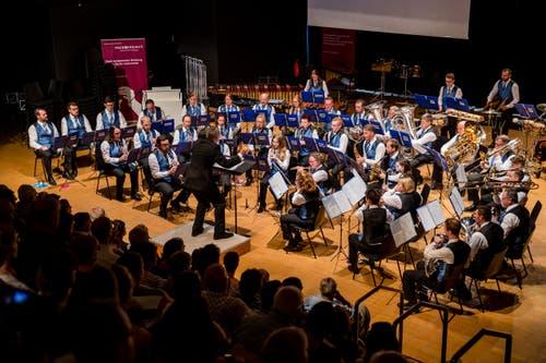 So sieht dann das Bühnenbild aus: Von Röhrenglocken über Marimbas, Tubas und Posaunen – die Welt der Blasmusik ist vielfältig. (Bild: Philipp Schmidli, Hergiswil, 15. Juni 2019)