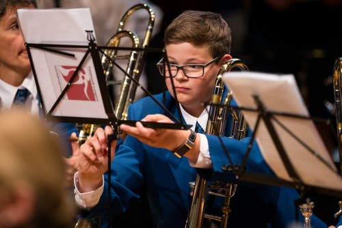 Ein junger Musiker der Feldmusik Lungern richtet seinen Notenständer. (Bild: Philipp Schmidli, Hergiswil, 15. Juni 2019)