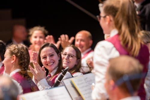 Geschafft: Die Musikgesellschaft Reichenburg ist mit ihrem Auftritt zufrieden und applaudiert ihrer Solistin. (Bild: Philipp Schmidli, Hergiswil, 15. Juni 2019)