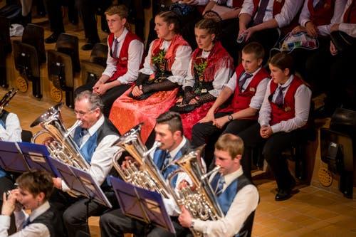 Zuschauer hören dem Vortrag des Musikvereins Buochs zu. (Bild: Philipp Schmidli, Hergiswil, 15. Juni 2019)