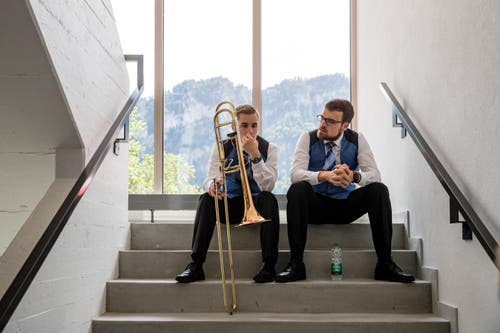 Es wurde jedoch nicht nur marschiert: Auch die Konzertvorträge waren fester Bestandteil des Musikfests. Hier warten Mitglieder vom Musikverein Buochs auf ihren Auftritt. (Bild: Philipp Schmidli, Hergiswil, 15. Juni 2019)