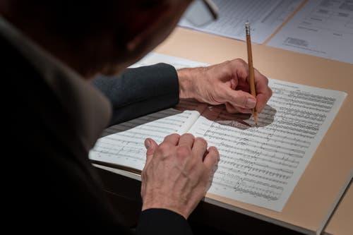 Es wird emsig notiert auf der Partitur. (Bild: Philipp Schmidli, Hergiswil, 15. Juni 2019)