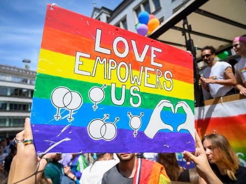 Ein Plakat zum diesjährigen Zurich Pride Festival in Zürich vom Samstag. (KEYSTONE/Melanie Duchene)