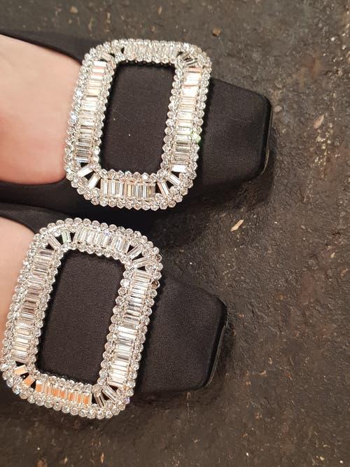Jian Xus Schuhe von Miu Miu: die Schnallen sind mit Strass verziert.