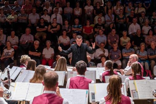 Der Dirigent der Musikgesellschaft Reichenburg (SZ) in Aktion. (Bild: Philipp Schmidli, Hergiswil, 15. Juni 2019)