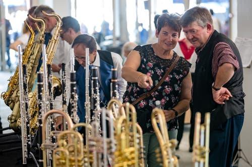 Besucher betrachten an einem Stand Instrumente. (Bild: Philipp Schmidli, Hergiswil, 15. Juni 2019)