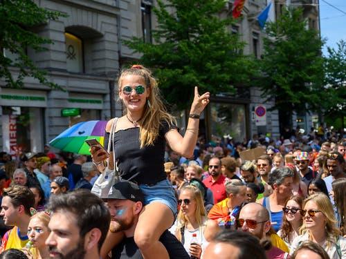 """Impressionen vom diesjährigen Zurich Pride Festival vom Samstag in der Stadt Zürich, das unter dem Motto """" STRONG IN.DIVERSITY """" steht. (KEYSTONE/Melanie Duchene)"""