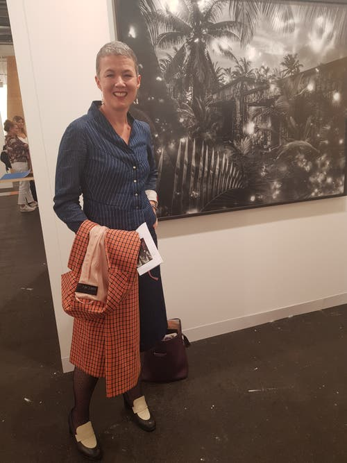 Kathleen Bühler (in Viento und Marccain), Leiterin der Abteilung Gegenwartskunst, Kunstmuseum Bern, vor einer Fotografie Julian Charrières.