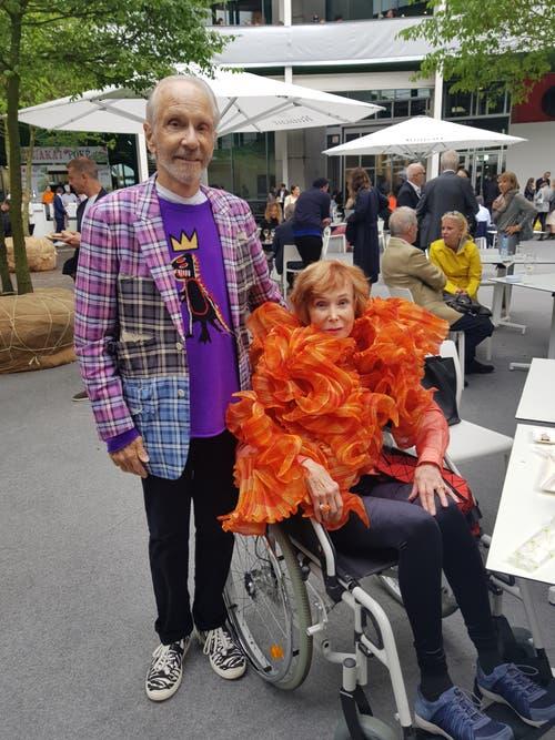 Norah und Norman Stone, Sammlerpaar aus San Francisco. Sie trägt eine orange Stola der Designerin und Fotografin Elke Walter. Er ein kariertes Sakko von Comme des Garçons. Seinen violetten Pullover ziert ein Motiv des Künstlers Jean-Michel Basquiat.