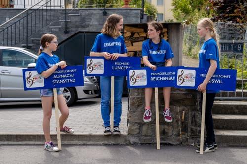 Mädchen warten auf ihren Einsatz bei der Parademusik. (Bild: Philipp Schmidli, Hergiswil, 15. Juni 2019)